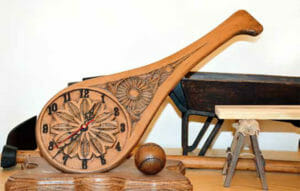 Detalle de la talla de una pala con reloj.