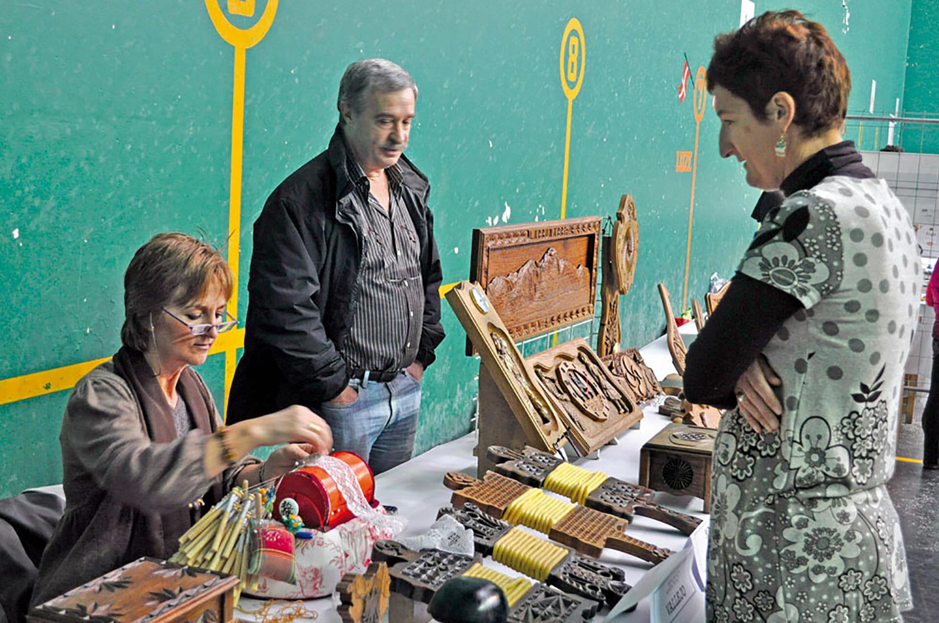 Jesus Vallejo continúa con la tradición de tallar argizaiolas en Amezketa